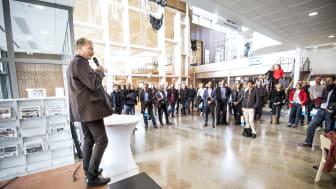 Kommunstyrelsens ordförande Per Eriksson (S) inviger Soldrift Sjöängen som samlade besökare från hela landet