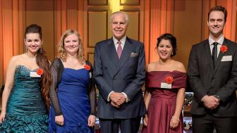 Anders Wall tillsammans med årets musikstipendiater Marlena Keine, sopran, Elna Carr, violin, Agnes Auer, sopran, Ludvig Wallmark Ryberg, baryton.