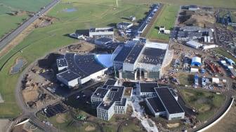Flygbild över ESS-bygget i Lund, tagen i december 2020.  Anläggningen väntas börja leverera forskning 2023. Foto: Perry Nordeng/ESS.