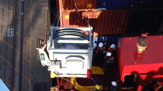 A Cavotec AMP unit is carefully winched into place on APL Singapore @PortofOakland #Cavotecfilm #shorepower