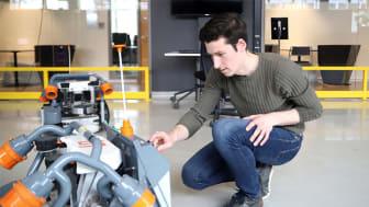Örebro-studenten Nick Shindler jobbar med att vidareutveckla skörderobotar, som ska göra nytta i industrin i Örebroregionen.