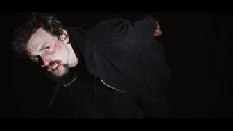 Screenshot fra Asger B's nye musikvideo ' Syg industri' 4