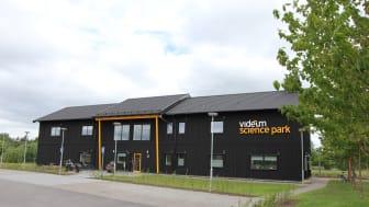 Snart syns solcellspaneler fylla taket på hus Echo, Videum ABs eget kontor i Växjö.