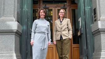 Matilda Ernkrans, minister för högre utbildning och forskning, tillsammans med riksbibliotekarie Karin Grönvall på Kungliga biblioteket. Foto: KB/Jo Barker