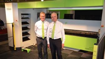 En stor kantvikmaskin står i blickfånget på Elmia Plåt. Maskinen produceras av Cidan Machinery, på bilden representerade av försäljningschef Lars Olander (till vänster) och Lennart Sporre, ansvarig för teknisk försäljning.