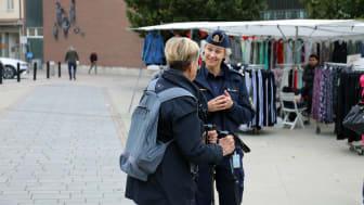 Kommunpolis Elisabeth Oliv stod med Brottsförebyggande rådet en dag på Hötorget under hösten, för att samla in svar på enkäten och prata med invånarna om trygghet.