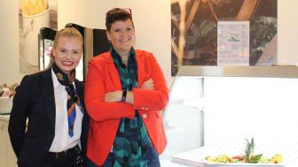 Fra venstre: Ida Silseth og Line Aver er begge fornøyd med restedisken i kantinen på Næringslivets Hus.
