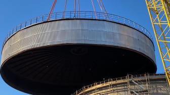 Nytt cisterntak på ca 120 ton lyfts på plats!