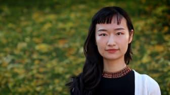 KTH-forskaren Xiong Xiao använder ultraljud tillsammans med ättiksyra och citronsyra i stället för svavelsyra när hon återvinner metallerna i batterierna. Foto: Peter Ardell