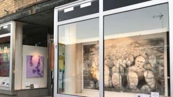 Medlemmar i Konstbunkern ställde ut i Lindesbergs Konstföreningens skyltfönsterprojekt tills affärslokalen blev uthyrd - nu flyttar utställarna in i Lindesbergs stadsbibliotek.