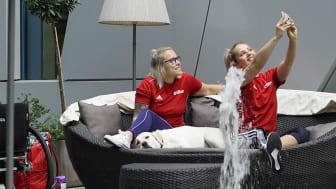 Scandics medarbetare Dixi umgås med gästerna på Scandic Hamburg Emporio, basketspelare i VM.