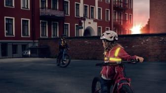 Save Lives Now skänker 1000 Flash Led Light västar för att öka barns synlighet.