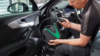 mega macs X gir lett tilgjengelig og brukervennlig tilgang til kommunikasjon med bilen. Enheten kobles enkelt til bilens OBD-interface med en opplyst CARB-kontakt. Bilde: Hella Gutmann Solutions.