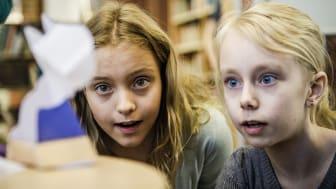 """""""Kreativ torsdag"""" på Adolf Fredriks musikklasser. Fjärdeklassarna Josefine Stehn och Elsa Rutberg får skärpa sinnena lite extra på en annorlunda matematiklektion."""