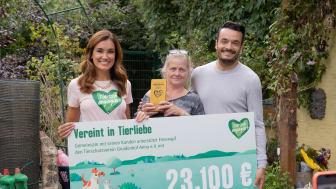 Spendenübergabe: Jana Ina und Giovanni Zarella übergeben dem Gnadenhof Anna den Spendencheck Foto: Fressnapf/Yvonne Ploenes