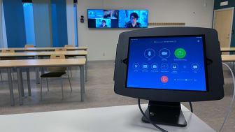 Hybridsal - Kontroller för ZOOM-room samt lärarskärmar och kamera.