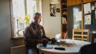 Niklas Persson från Ängelholm valde att byta säljjobbet mot logistik-plugg. Som 50-åring tar han examen och ska ut på en osäker arbetsmarknad. För att öka sina chanser tar han nu över Blockets startsida för att nå arbetsgivare.