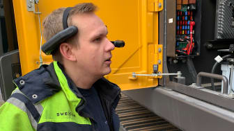 Jonatan Ericsson, servicetekniker hos Swecon i Västerås, testar handsfree-lösningen