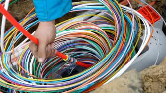 """Deutsche Glasfaser legt reine, kupferfreie Glasfaser bis in jede Wohnung. Vom lokalen """"POP"""" (Point of Presence) wird jede Wohnung und jedes Büro mit gesonderten Fasern versorgt. Die farbige Ummantelung erleichtert die Orientierung bei der Verlegung."""