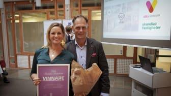 Anna Rosenberg, informations- och eventansvarig, och Joachim Hero, biträdande centrumchef, fick ta emot diplomet för förstaplatsen i Fastighetsbarometern Butik 2019.