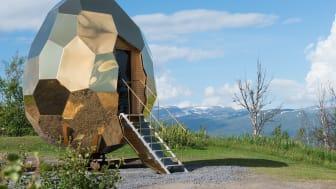 Solar Egg: En flyttbar, äggformad bastu i guldskimrande rostfritt stål som återspeglar den omgivande arktiska naturen. Projektet var en av finalisterna till Stålbyggnadspriset 2017. Bild: Stålbyggnadsinstitutet