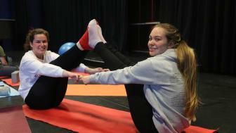 Auf Partnerübungen gehören zum Yoga, wie hier Clara und Sophie zeigen
