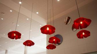 Lampor inspirerade av vallmoblommor. Foto: Sara Wihlborg
