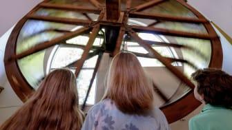 Det store vannhjulet starter reisen inn til museets utstillinger. Foto: Lars Opstad