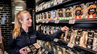 K-Supermarket Ratinan valmisruokaosaston vastaava Riina Aalto uskoo Hetki-salaattien yhä hurjempaan myynnin kasvuun.