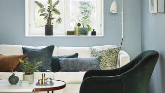 Vardagsrum med väggar målad i den ljusblå kulören Stålblå 782.