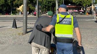 En hjälpande hand på Medborgarplatsen, Södermalm.