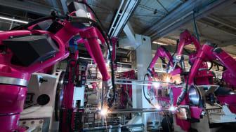 31 robotar för svetsning och hantering inom volymproduktionen av golvskåpet VX25 säkerställer att transport- och svetsprocesserna löper på ett säkert sätt inom anläggningen.