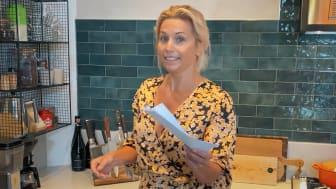 Tina Nordström med alla finalister i sin hand. Hon leder också prisutdelningen den 8 oktober.