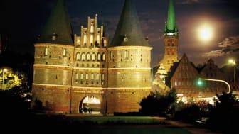 Hansestadt Lübeck/Ostsee: Holstentor bei Nacht © DZT e.V. F: Krüger, Norbert