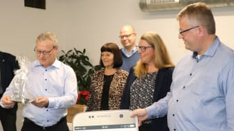 Administrerende direktør Søren Elisiussen modtager Rebild Kommunes handicappris 2018 af Thøger Elmelund Kristensen.