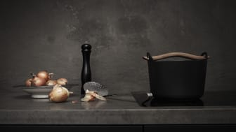 Stilleben med bordplade og bagpanel i marmoren Pietra Di Fossena.
