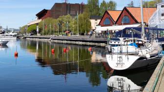 En av Stockholms vackraste strandpromenader får efter 106 år sitt namn. Välkommen till Djurgårdsstrand.