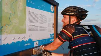 Infotafeln mit Stempelstellen gibt es entlang der MTB und Rennradstrecke des Stoneman Miriduidi