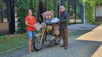 Kerstin Stadler und Uwe Voss vor dem Kinderhospiz Bärenherz