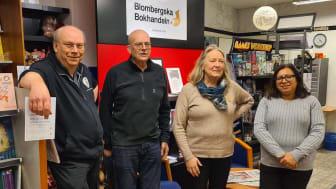 Per och Olle Nelzén lämnar över Blombergska Bokhandeln i Lindesberg till Ann Björklund och Christina Orrbo,