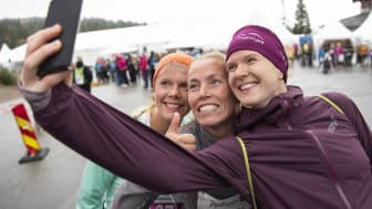 Vinner-selfie! Fra venstre vinner av 13 km løp, Tane Gresvik, nummer 2 Gunhild Nytrøen, og vinner av 6 km løp Abelone Lyng.