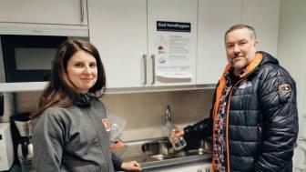 Maja från Kopparstaden, ett Kranmärkt kommunalt bostadsbolag, och Johnny Ström driftansvarig för vattenproduktionen fyller upp flaskor med Faluns bidrag till kranvattentävlingen.