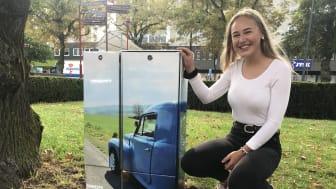 Elvira Thizell, vinnare studentkategorin, vid sitt foto av EPA utanför Bankeryd