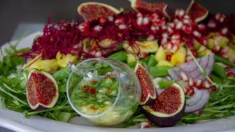 Forevers klassiker Aloe Vera Gel og smagsvarianterne Aloe Berry Nectar og Aloe Peaches er ikke bare kosttilskud, men kan også bruges som base i smoothies, mocktails, nice-cream og som her i sunde og gode salatdressinger.