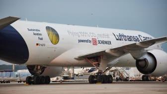 CO2-frei unterwegs: Lufthansa Cargo und DB Schenker zeigen gemeinsames Engagement auf einem Flugzeug