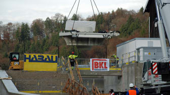 Am Haken eines Autokrans ist die neue Turbine des Wasserkraftwerks in Baierbrunn erfolgreich eingehoben worden.