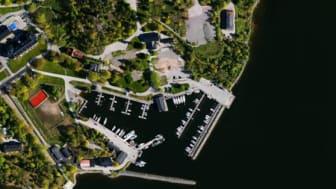 Nya hamnar, pirar och muddringar påverkar den fysiska livsmiljön vid våra kuster. En unik kartläggning av Havs- och vattenmyndigheten ger nu en bild av läget. Foto: Lantmäteriet