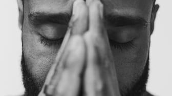 Johnny Oduya, grundare till Sveriges första breathwork studio hale, leder passet Elixir.