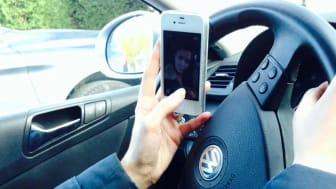 6 av 10 bilister har opplevd at mobilen har tatt oppmerksomheten bort fra veien. I vedlagte video kan du se hvor galt det kan gå.