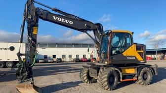 Entreprenadmaskiner i allmänhet och grävmaskiner i synnerhet har även under 2020 varit ett ofta återkommande inslag på auktion på Klaravik.se. Denna Volvo EW170E såldes för nästan 2 miljoner kronor och letar sig in på en topp 10-plats av slutpriser.